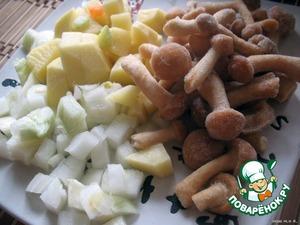Нарезать картофелину кубиками, лук покрошить мелко, грибочки достать из морозилки.