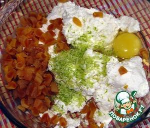Творог протираем через сито или разминаем вилкой, добавляем измельченную курагу, цедру лимона, соль, сахар, 1 яйцо, манную крупу, сливки или молоко.