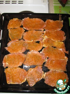 Cut the meat into pieces and repel. Mix salt, pepper and turmeric. RUB the spice mix meat and spread on a greased baking sheet.