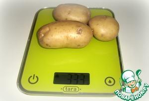 Картофель вымыть, почистить и отварить до готовности в несоленой воде.
