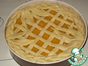 Из оставшихся полосок сплести косичку и выложить по краю пирога. Накрыть пирог полотенцем и оставить в теплом месте на 40 минут.
