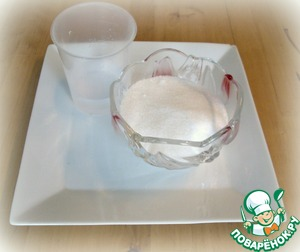 Весь сахар с водой смешать в кастрюле и довести до кипения.