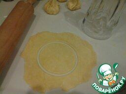Разморозить готовое слоёное тесто, раскатать и сделать из него кружочки большим стаканом.