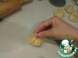 Аккуратно собрать все края и слепить мешочек (можно завязать зелёным луком).