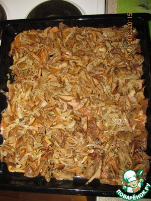 Cut the onion into half rings, mushrooms into strips and fry them with spices (to your taste) and oil. I had the forest mushrooms, but you can take any other mushrooms. Fried mushrooms with onions spread on the meat evenly.
