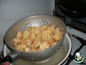 Boil the water. Put the quinces in a colander and blanchere for 5 minutes, raising and lowering a colander in the boiling water. Better if you pick up utensils and water will not be much, because this is our future syrup.