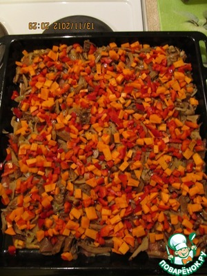 Cut into small cubes carrots and bell pepper, stir them together and spread on mushrooms.