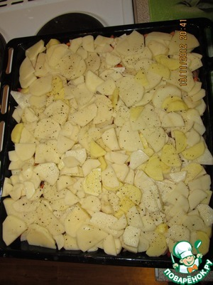 Raw peeled potatoes cut into slices and spread on the vegetables and add spices.