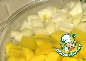 Крупно нарезать картофель и лук.