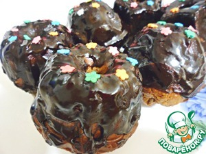 For the glaze melt in a small saucepan the butter, sugar and cocoa, cook for about a minute and pour our muffins. Decorate as desired, I have sprinkles flowers. In my opinion, cute))