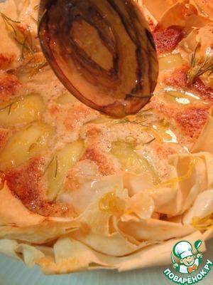 Тем временем сироп немного уварить. Вытащить пирог из духовки и полить этим сиропом вместе с цедрой и розмариновыми иголочками.