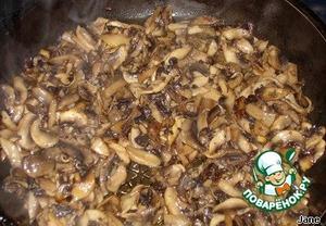 Шампиньоны нарезать соломкой, обжарить на растительном масле, откинуть в дуршлаг, чтобы стекло масло.