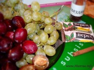 """Маринад """"Ассорти"""" готовится из слив и винограда в соотношении 1:1. На дно каждой банки укладывают специи.   Отсортированные и промытые сливы и виноград укладывают послойно в банки и заливают горячим маринадом."""