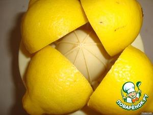 Выжать сок из 2 -х лимонов.