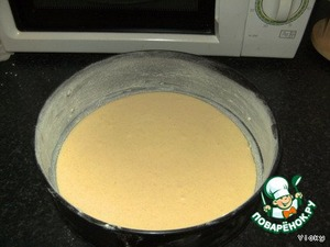Form grease margarine and sprinkle with flour   Poured half of the batter into the form