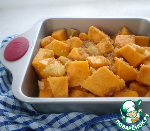 The oven to preheat to 200 degrees.  On a baking sheet or in a form to lay out the pumpkin and put it on 20-25 minutes in the oven. After this time it will stand out a lot of juice, remove the pan, drain the juice into a Cup, and pumpkin again send in the oven for 10-15 minutes.