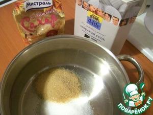 Сначала замаринуем курицу. Подготовим маринад.    Положим в кастрюльку соль и сахар.