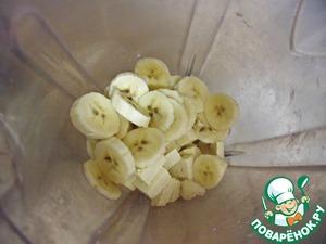 ... банан тоже, отправляем их вместе в блендер, засыпаем сахаром, заливаем оставшимся теплым молоком...