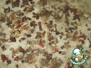 Третий лаваш смазываем майонезом, выкладываем начинку из баклажанов и грибов.