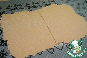 Разморозить 1 лист слоеного теста весом 250-300 грамм при комнатной температуре в течение 20 минут. Раскатать так, чтобы площадь его увеличилась вдвое, и разрезать напополам.