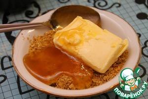 Орехи смешиваем с размягченным сливочным маслом и двумя столовыми ложками меда. Вымешиваем до получения однородной массы.