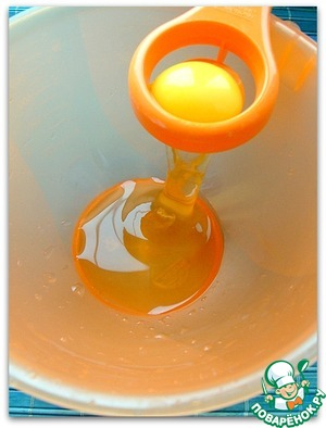 4 яйца разбиваем в емкость для взбивания и добавляем 4 желтка.