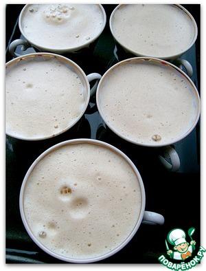 Теперь нам надо соединить кофейно-молочный напиток и взбитые до воздушности яйца. Яичную смесь осторожно, постепенно вводим в молоко.   Наполняем чашки кремом. Объем получается большой, добавляем смесь поэтапно, когда смесь в чашках немного осядет. Параллельно разогреваем духовку.   Чашки ставим в противень с высокими бортиками. Аккуратно наливаем воду, чтобы она достигала примерно половины высоты чашек.