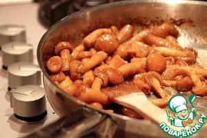 Грибы промыть, обсушить. В сковороде, где готовилось куриное филе, разогреть оставшееся масло и обжарить грибы 10 минут. Посолить и поперчить по вкусу.