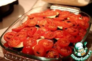 Разогреть духовку до 180 °C. В смазанную маслом огнеупорную форму выложить слоями цуккини, перец, кусочки курицы, грибы и кружки помидоров. Залить сметанной заправкой, посыпать сыром и запекать в духовке 30 минут.