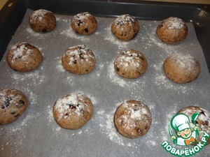 Roll into small balls, place them on a baking sheet and sprinkle the top with flour. Now they have to leave for half an hour in a warm place, so they came.