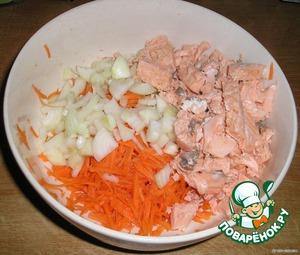 Теперь порежьте готовую рыбку на небольшие кубики и смешайте с луком, чесноком и морковью.