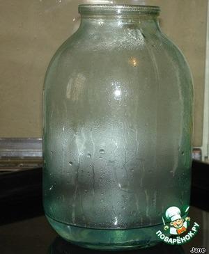 Разогреть духовку до 180-200°С. Налить в 3х-литровую банку стакан горячей воды и поставить на противне! (или поддоне) в духовку на 5-7 минут (чтобы банка разогрелась).