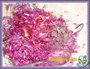 Залить соусом капусту, перемешать, накрыть салатницу и поставить минимум на 30 минут в холодильник.