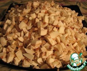 И мелко нарезаем, выкладываем на вторую сковородку, на среднем огне (без масла, но если очень хочется, можете и масле налить =)) накрываем крышкой.