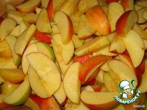 Wash apples, drain off the water, cut first into 4 pieces, remove core.  Cut the apples are not very thin slices, such that they do not seethe.
