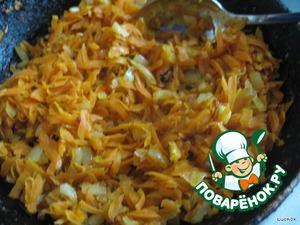 Морковку с луком обжариваем на растительном масле и кладем в бульон
