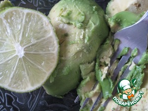 Avocado peel and mash with a fork or grind in a blender with lemon juice (2 tsp).