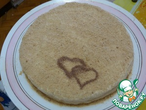 Put the cake together. Decorate crushed into crumbs scraps. My husband has decorated the hearts with nozzle for cappuccino.
