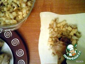 На квадрат из теста выложить начинку ~ 2-3 ст. ложки, установить посередине куриную голень.