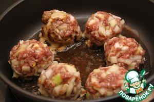 Опустите шарики в горячее растительное масло и обжарьте шарики до образования корочки. При переворачивании будьте аккуратны, чтобы шарики не развалились.