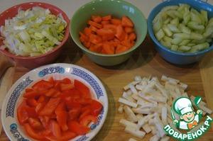 Все овощи нарезать средними дольками.