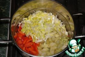 Всыпать остальные овощи и обжаривать на небольшом огне, помешивая, еще 7 минут.