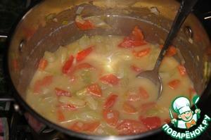 Порциями влить горячий бульон и пиво, каждый раз размешивая суп, чтобы не было комочков.