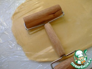 Cover the dough with a sheet of parchment paper or cling film and roll it out so that it was possible to cut out 6 circles with a diameter of 7.5 cm.