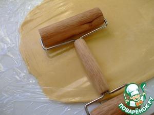 Накрыть тесто листом пергаментной бумаги или пищевой пленки и раскатать его таким образом, чтобы можно было вырезать 6 кругов диаметром 7,5 см.