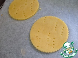 Cut out the biscuits, prick with a fork.  Put into the refrigerator at least 1 hour.  You can also put a sand base in the muffin cups so that they are not deformed during the baking process.  Preheat the oven to 200*C.  Bake for 12-15 minutes.  To give the cookies to cool completely.