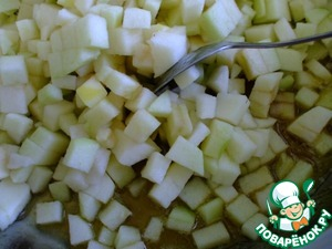 Как только масло растает, добавить яблоки. Готовить их до тех пор, пока они не станут прозрачными и мягкими, время от времени помешивая.    Замочить 4 грамма листового желатина в холодной воде.