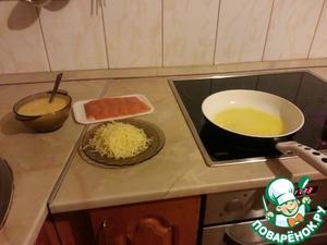 Взбиваю яйца вилкой (пены добиваться не нужно!)      Сыр нужно натереть на терке, семгу порезать полосками примерно 1 см толщиной. Хотя я купила все уже в готовом виде, на картинке видно :-)