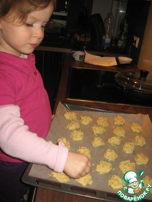 Spread the dough with a teaspoon on a baking sheet covered with baking paper.  In each ball put the nut.  Daughter tried very hard to lay rovnenko.