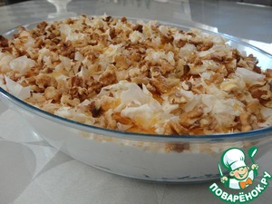 Сверху произвольно поливаем медом и посыпаем грецкими орехами. Накрываем форму пищевой пленкой и ставим на несколько часов в холодильник.
